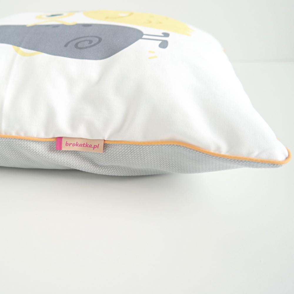 Poduszka z kieszonką dla chłopca, wykończenie wypustką