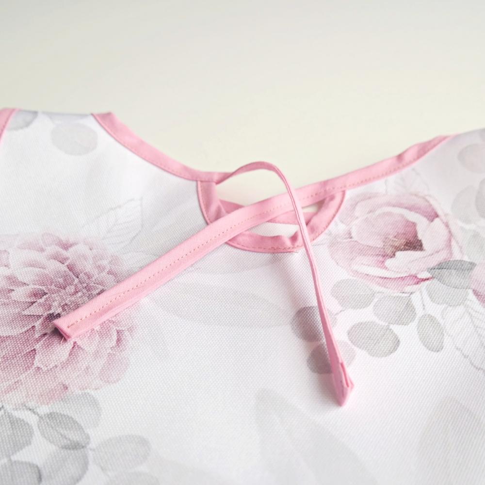 fartuszek wodoodporny, różowe kwiatki, zawiązywany na sznureczki